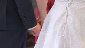 Pares do casamento que guardam as mãos durante a cerimônia vídeos de arquivo