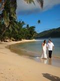Pares do casamento que Trashing o vestido na praia em Fiji Imagens de Stock Royalty Free