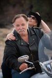 Pares do divertimento que montam uma motocicleta branca fora Imagem de Stock