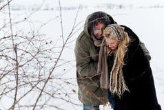Pares do esforço do campo do inverno Imagens de Stock Royalty Free