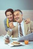 pares do estilo dos anos 50 que comem o café da manhã Fotos de Stock