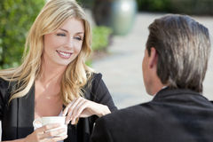 Pares do homem & da mulher que bebem no café Imagens de Stock Royalty Free