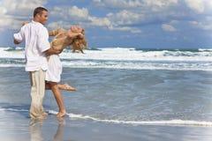 Pares do homem e da mulher que têm a dança do divertimento em uma praia Fotografia de Stock