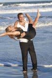 Pares do homem e da mulher que têm o divertimento romântico na praia Fotografia de Stock