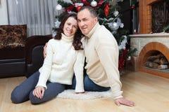 Pares do Natal Família de sorriso feliz em casa que comemora Povos do ano novo Fotografia de Stock