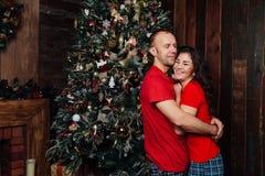 Pares do Natal Família de sorriso feliz em casa que comemora Povos do ano novo Fotos de Stock