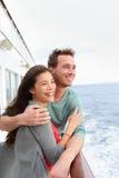 Pares do navio de cruzeiros românticos no abraço do barco Fotografia de Stock