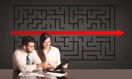 Pares do negócio com um enigma resolvido no fundo Foto de Stock