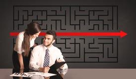 Pares do negócio com um enigma resolvido no fundo Imagem de Stock Royalty Free