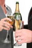 Pares do negócio do Close-up que derramam Champagne fotos de stock