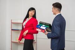 Pares do negócio que flertam no escritório Foto de Stock Royalty Free