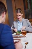 Pares do negócio que têm o jantar Foto de Stock