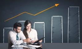 Pares do negócio com diagrama do negócio Imagens de Stock