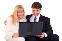 Pares do negócio com portátil Imagem de Stock Royalty Free