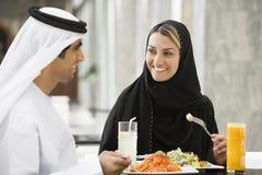 Pares do Oriente Médio que comem uma refeição imagens de stock