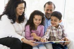 Pares do Oriente Médio com seus netos Fotografia de Stock Royalty Free