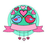 Pares do pássaro que guardam o cartão Valentine Day da forma do coração Fotografia de Stock Royalty Free