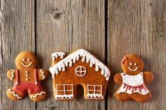 Pares do pão-de-espécie do Natal e cookies da casa Foto de Stock