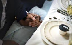 Pares do recém-casado que mantêm as mãos unidas Fotos de Stock Royalty Free
