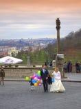 Pares do recém-casado no quadrado do castelo de Praga Foto de Stock