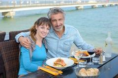 Pares do retrato no restaurante do beira-rio Imagens de Stock Royalty Free