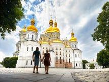 Pares do turista em Kiev Pechersk Lavra imagens de stock royalty free