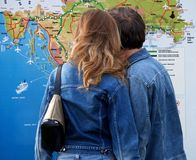 Pares do turista na frente do mapa de Croatia Foto de Stock Royalty Free