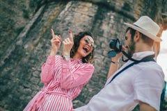 Pares do turista que apreciam sightseeing e explorar a cidade fotografia de stock royalty free
