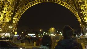 Pares do turista que olham a torre Eiffel efervescente, noite romântica em França vídeos de arquivo
