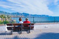 Pares do turista - vista panorâmica de Nerja spain foto de stock