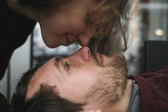 Pares do vintage A menina beija seu noivo de cima de Sho do café Imagens de Stock Royalty Free