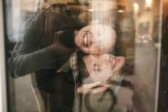 Pares do vintage A menina beija seu noivo de cima de Sho do café Imagem de Stock