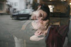 Pares do vintage A menina beija seu noivo de cima de Sho do café Fotos de Stock