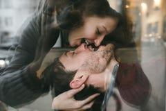 Pares do vintage A menina beija seu noivo de cima de Sho do café Foto de Stock