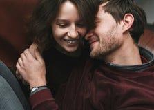 Pares do vintage A menina beija seu noivo de cima de Sho do café Foto de Stock Royalty Free