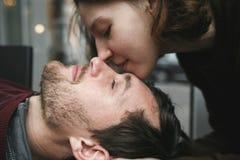 Pares do vintage A menina beija seu noivo de cima de Sho do café Imagem de Stock Royalty Free