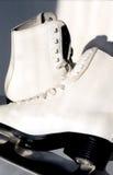 Pares dos patins de gelo brancos Fotos de Stock Royalty Free
