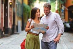Pares dos turistas de Éstocolmo que olham o mapa Fotos de Stock Royalty Free