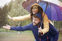 Pares durante día lluvioso Imagenes de archivo