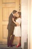 Pares e beijo do casamento foto de stock royalty free