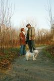 Pares e cão no trajeto Fotos de Stock