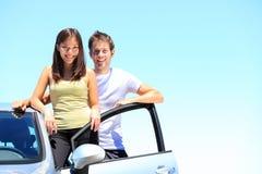 Pares e carro novo Foto de Stock Royalty Free