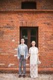 Pares e casa novos felizes com parede grande Fotografia de Stock Royalty Free