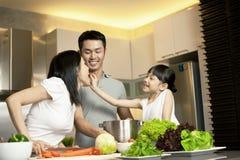Pares e hija asiáticos en cocinar de la cocina Imagen de archivo