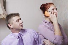 Pares e telefone novos. imagem de stock royalty free
