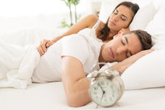 Pares el dormir en cama Foto de archivo libre de regalías