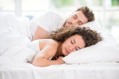 Pares el dormir en la cama Foto de archivo libre de regalías