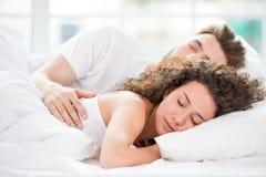 Pares el dormir en la cama Imágenes de archivo libres de regalías