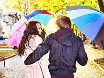 Pares el el otoño de la fecha al aire libre. Imágenes de archivo libres de regalías
