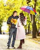 Pares el el otoño de la fecha al aire libre. Foto de archivo libre de regalías